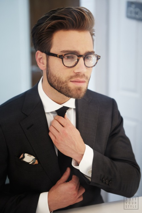 facial hair for round face with tie knot